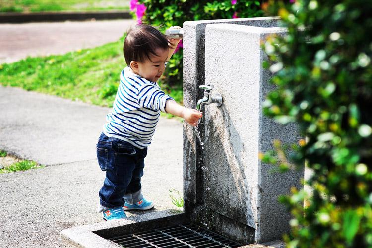 多摩川河原の水飲み場で遊ぶ叶大