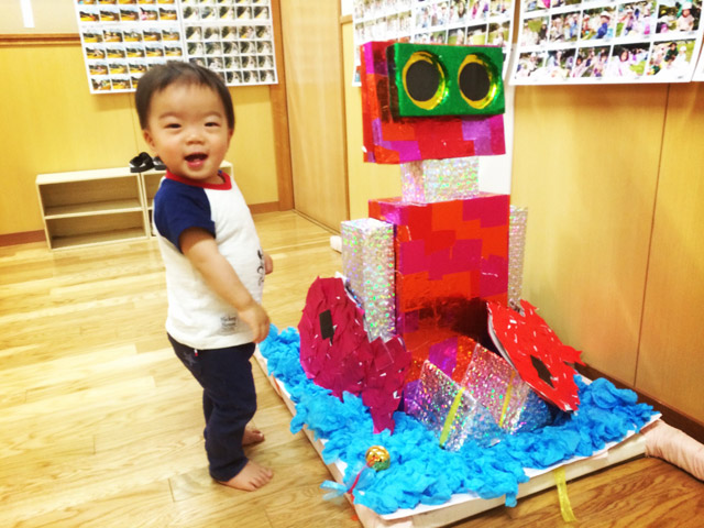 保育園でロボット型のお神輿と一緒に映る叶大