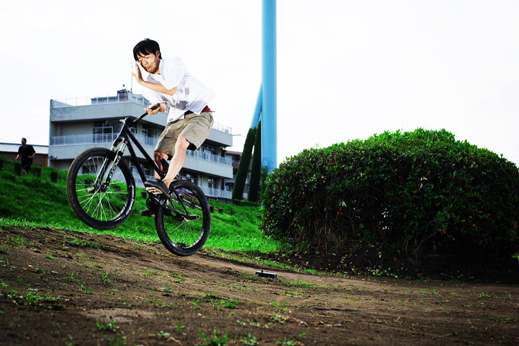 MTB マウンテンバイク SHAKA 多摩川河原サイクリングロード バンクバニーホップバースピン練習