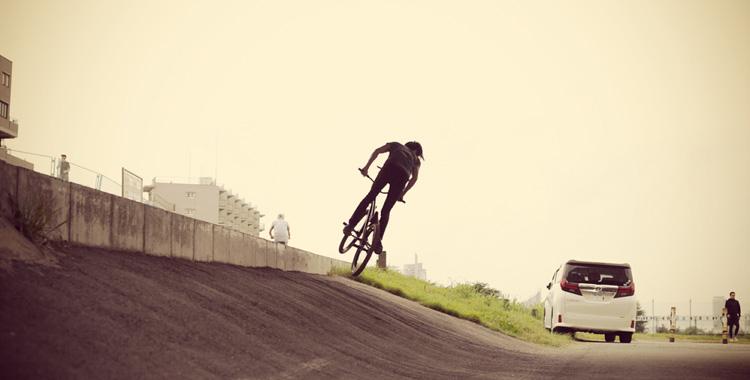 MTB マウンテンバイク SHAKA 多摩川河原サイクリングロード 朝練バンク バニーホップ180