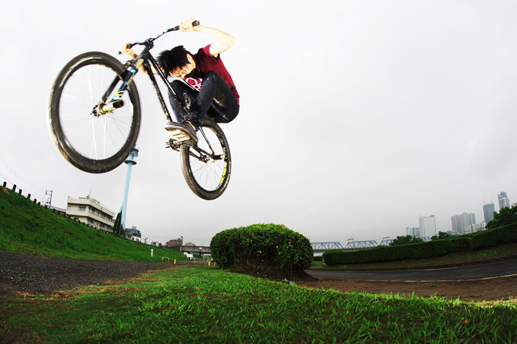 MTB マウンテンバイク SHAKA 多摩川河原サイクリングロード バンクバニーホップ