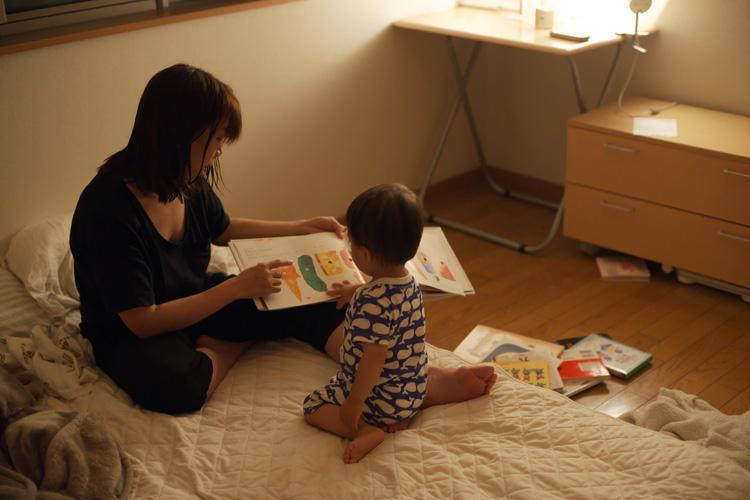 叶大に絵本を読む奥さん
