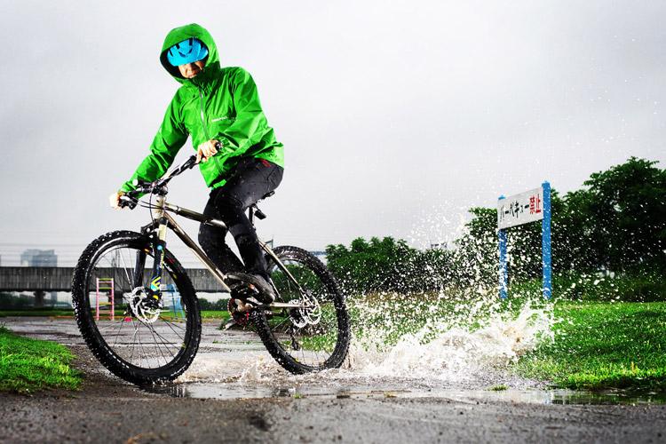 MTB マウンテンバイク YAMADORI 1st 26 多摩川河原サイクリングロード Mont-bell レインダンサー レインジャケット 水たまりドリフト