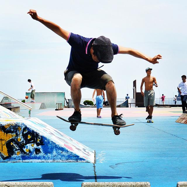 サモのスケートボードでのオーリー