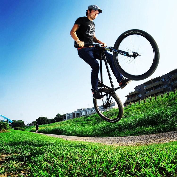 MTB マウンテンバイク SHAKA 多摩川河原サイクリングロード バンクバニーホップ180 ripple Tシャツを着て