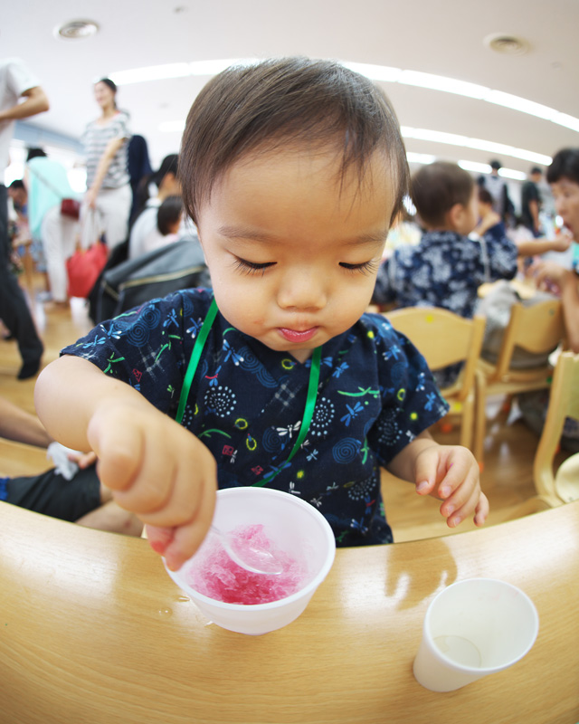 昔通っていた羽田空港にある保育園アンジュの夏祭りにお邪魔してかき氷を食べる叶大