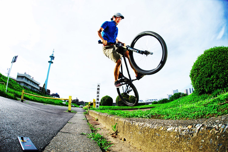 MTB マウンテンバイク SHAKA 多摩川河原サイクリングロード バニーホップ180ステア上り