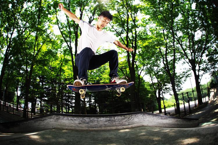 スケートボーダータイワさんのバンクバニーホップ