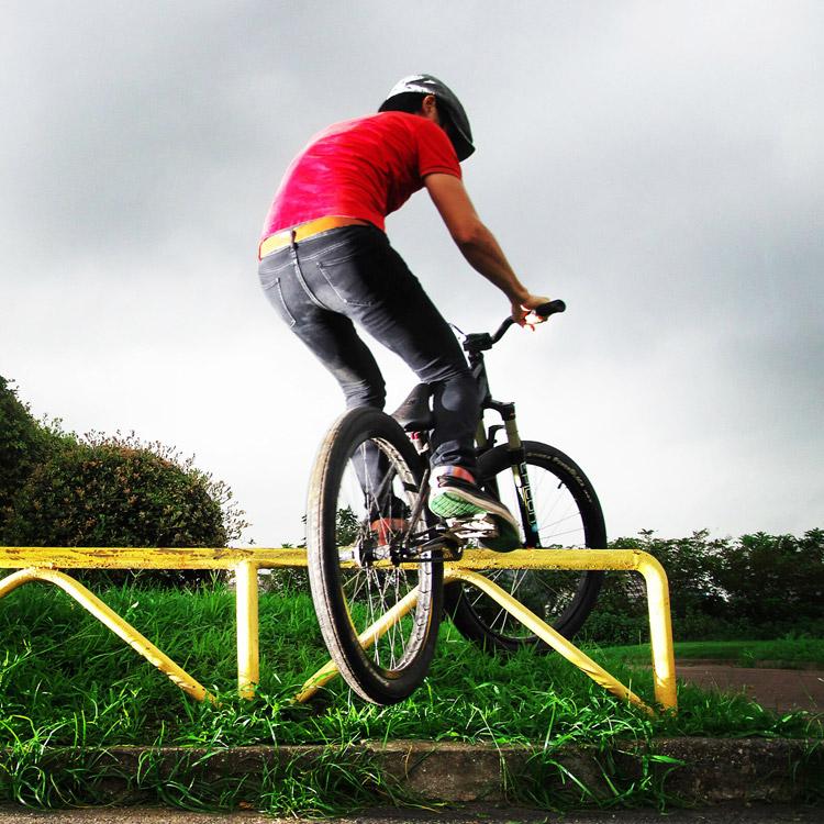 MTB マウンテンバイク SHAKA 多摩川河原サイクリングロード レール クランクアームグラインド