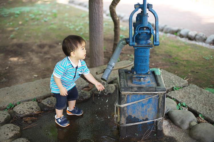 多摩川台公園の井戸で遊ぶ叶大
