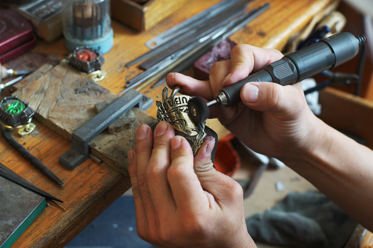 Rui & Aguri Fine Jewelry製のMOZUヘッドバッジ