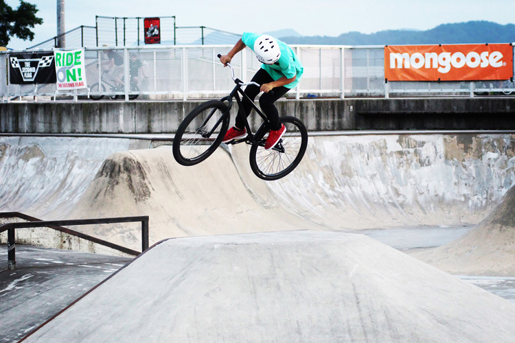 山形県寒河江スケートパークでOYA-Z BMX JAM 2015 バンクでバニーホップ360をするkai君