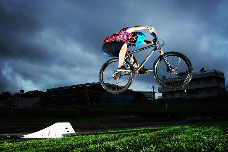 MTB マウンテンバイク YAMADORI 2nd 26 多摩川河原サイクリングロード ジャンプランプで刺しエアー