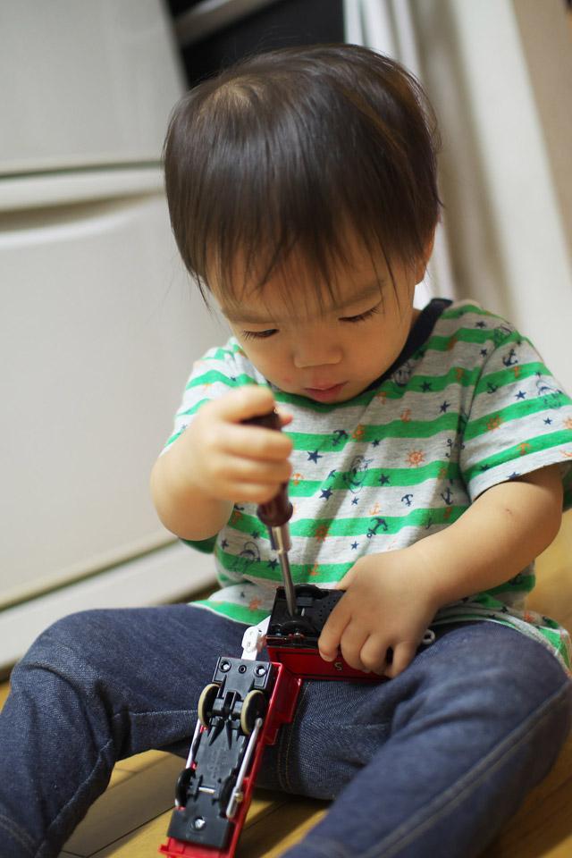 1歳10ヶ月でドライバーを使ってプラレールの分解を覚えた叶大