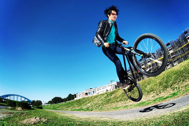多摩川サイクリングロードの途中にある草バンクでサングラスと革ジャン着てバニーホップ180