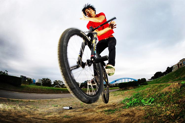多摩川サイクリングロードの途中にある草バンクでバニーホップバースピンターン練習