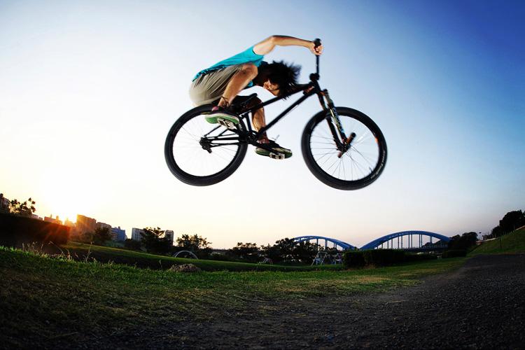 多摩川サイクリングロードの途中にある草バンクで刺しバニーホップ
