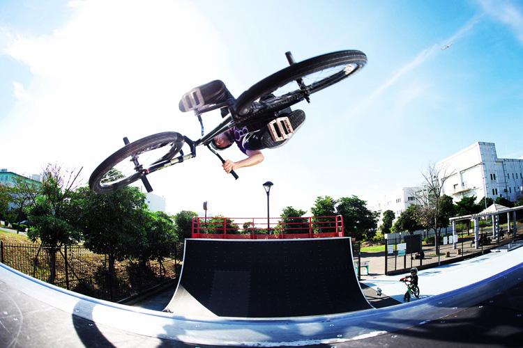 城南島海浜公園スケートパークのミニランプでエアターンするサモ