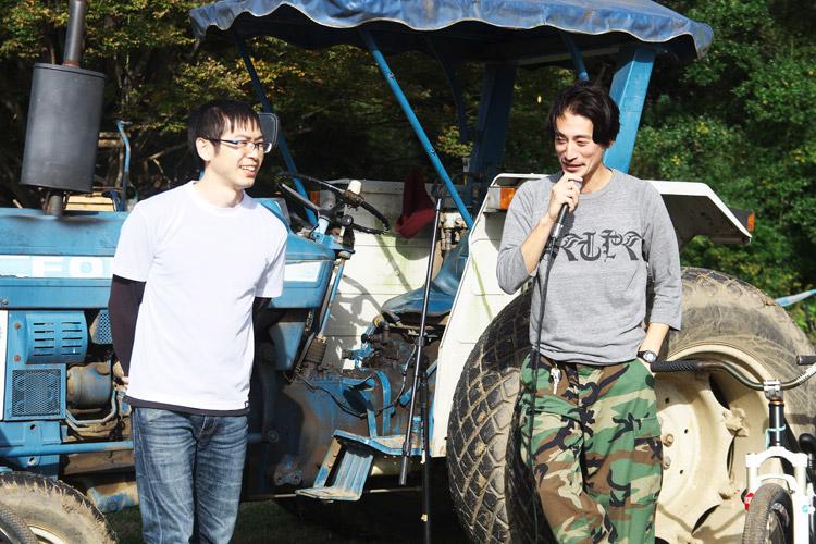 秋ヶ瀬のバイクロア5のメインMC伯爵からマイクを渡されるTUBAGRA森田