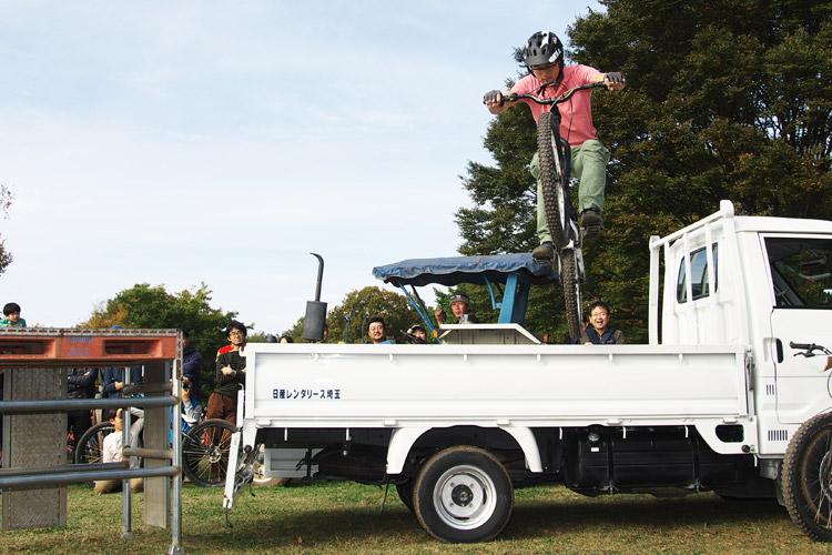 秋ヶ瀬のバイクロア5 TUBAGRA MTB&トライアルショーでのjinkenさんのトラックの荷台端からのダニエルドロップ