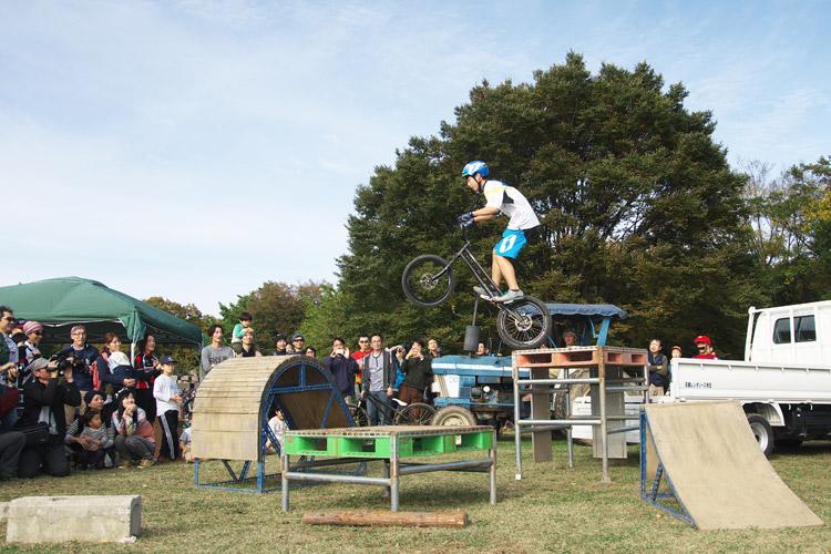 秋ヶ瀬のバイクロア5 TUBAGRA MTB&トライアルショーでの高橋セイヤ君の飛び移り