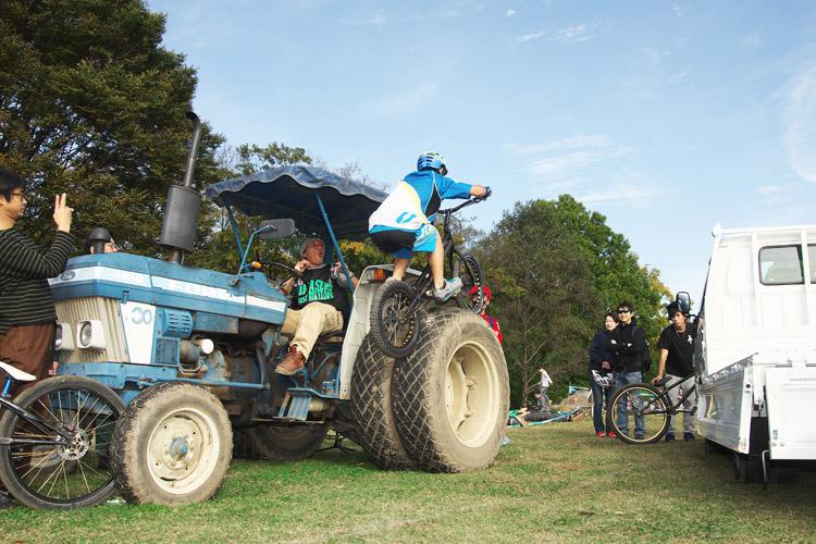 秋ヶ瀬のバイクロア5 TUBAGRA MTB&トライアルショーでの高橋セイヤ君のトラクター飛び乗り