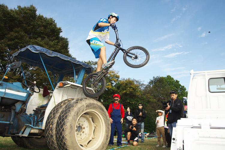 秋ヶ瀬のバイクロア5 TUBAGRA MTB&トライアルショーでの高橋セイヤ君のトラック飛び乗り