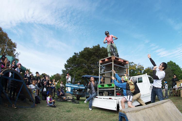 秋ヶ瀬のバイクロア5 TUBAGRA MTB&トライアルショーでのjinkenさんの締めのドロップオフ