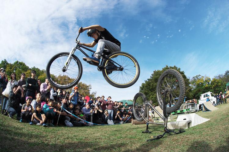 秋ヶ瀬のバイクロア5 TUBAGRA MTB&トライアルショーでのYAMATO君の自転車超えハイエアー