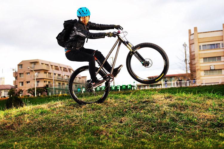 MTB マウンテンバイク croMOZU275 多摩川サイクリングロードでカメラ目線テイルタップ