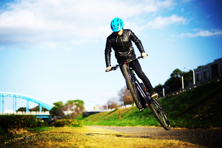 MTB マウンテンバイク croMOZU275 多摩川サイクリングロードでバンクバニーホップ180