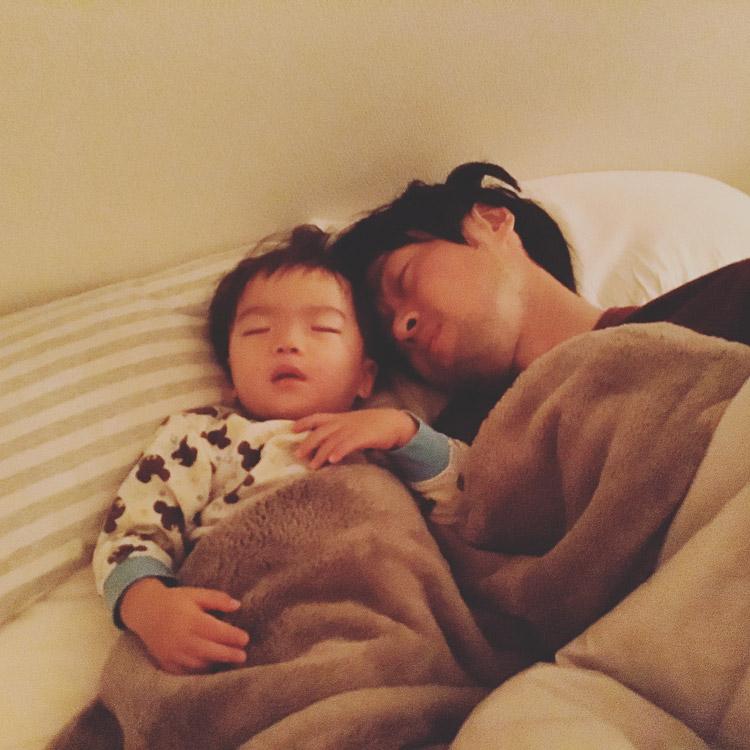 息子と一緒に眠るサモ