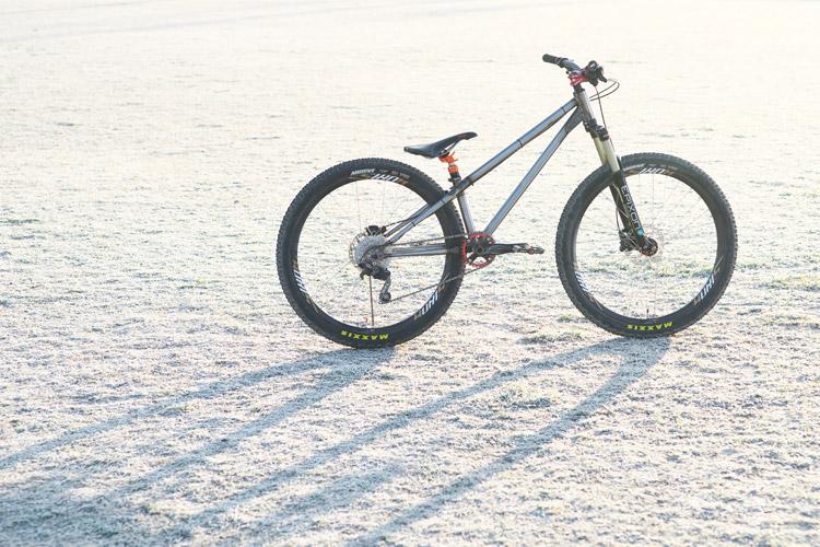 霜が降りた多摩川河原とcroMOZU275