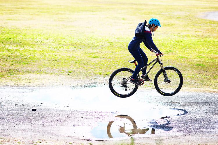 多摩川サイクリングロード croMOZU275 水たまり超えバニーホップ