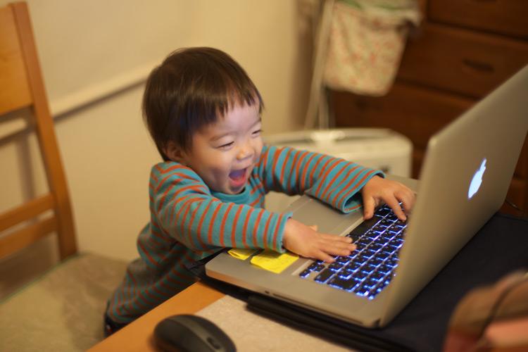 いたずらでノートPCを触る叶大