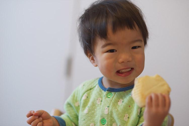 奥さんが作ったシナモンロールを食べる叶大
