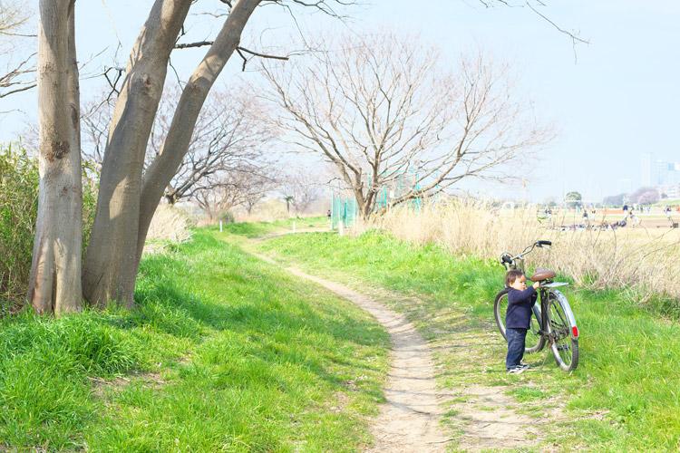 多摩川河原をサイクリングする叶大