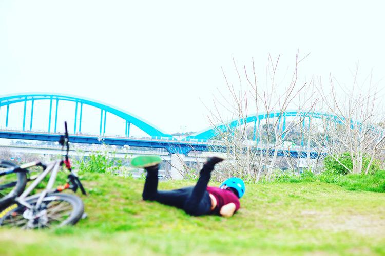 多摩川サイクリングロード 草バンクでcroMOZU275に乗りフロントが滑って転ぶサモ