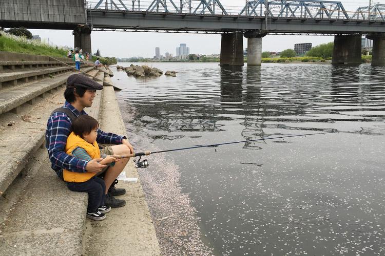 多摩川で釣りをする叶大