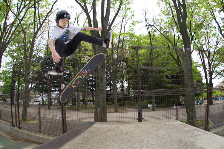 世田谷公園でスケートする斎藤丈太郎君