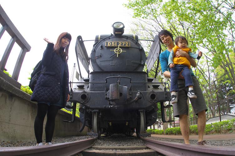 世田谷公園のSLの前で家族で記念撮影