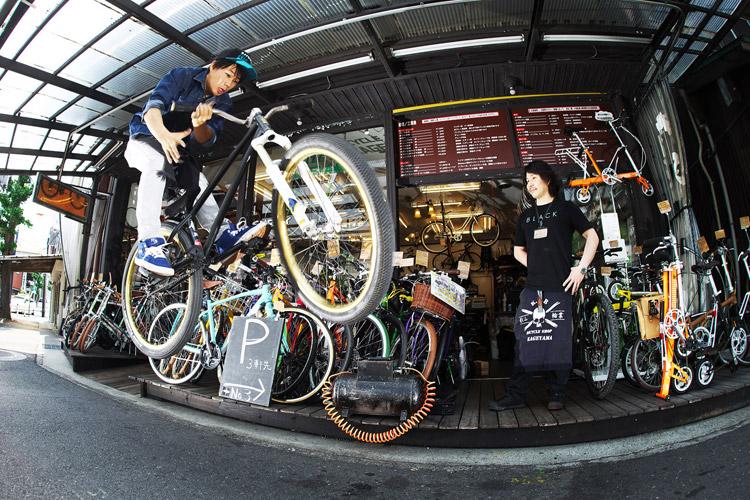TUBAGRAライダーYAMATO君のバイト先の影山輪業の店頭でバニーホップバースピン