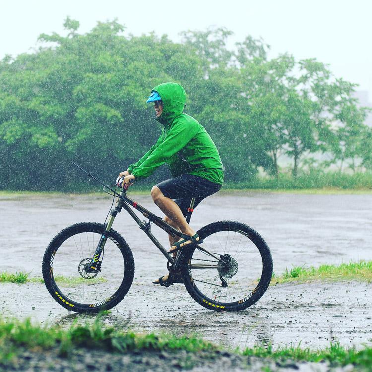 雨の多摩川河原でcroMOZU275に乗る