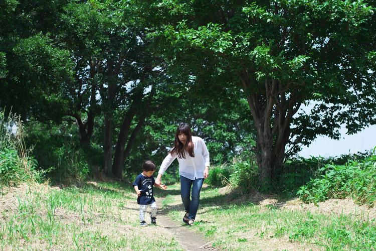 家族で多摩川河原でピクニック