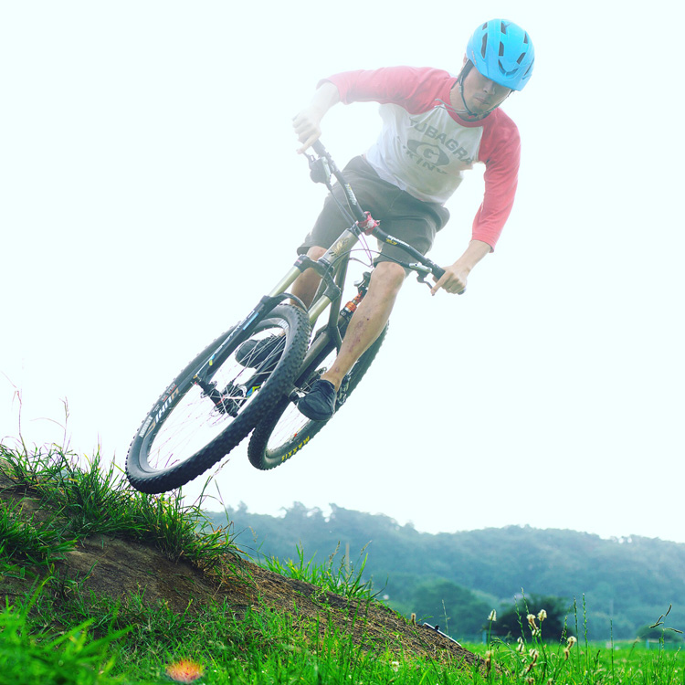 croMOZU275 2nd多摩川河原サイクリングコースの大きな盛土でヒップバニーホップ