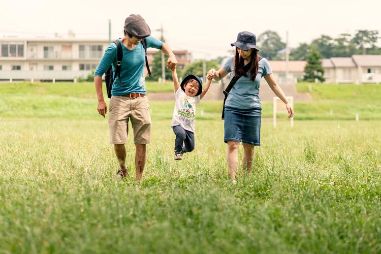編集者・フォトグラファー石川望さんに多摩川河原で撮っていただいた家族写真