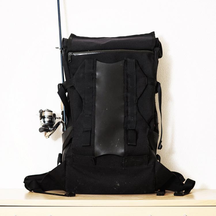 釣り竿をセットしたberuf baggage MountainBackpack brf-BLK02