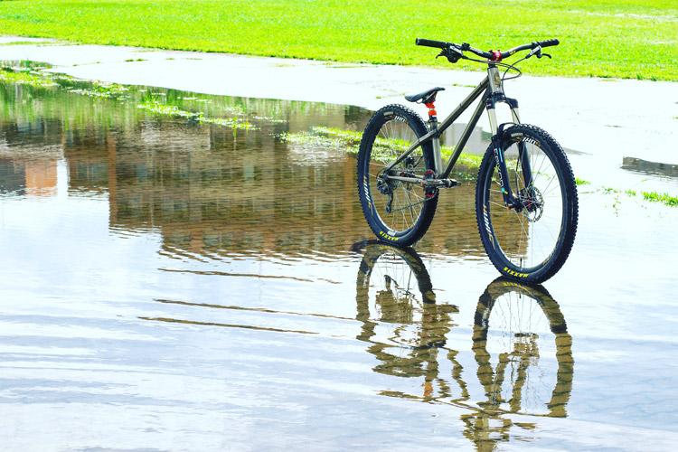 朝活BIKEで早朝の豪雨でできた水たまりでcroMOZU275 2nd TESTを撮影してみた