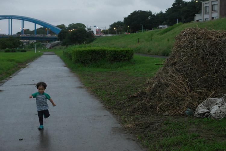 多摩川河原の公園を走る叶大