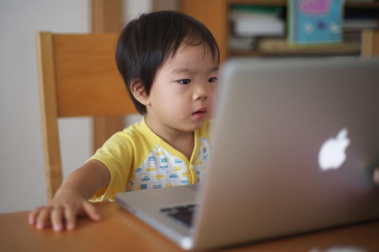 MacBook Proを凝視する叶大